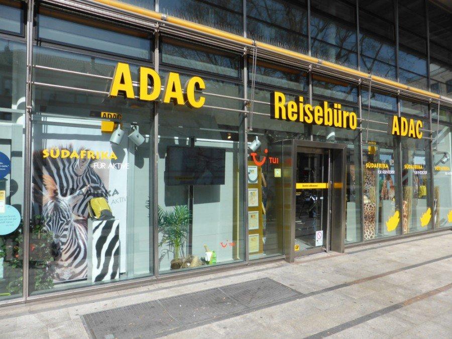 ADAC Reisebüro in direkter Nachbarschaft zum TUI Flagshipstore setzt auf kleinere aber lichtstrakere Display im Schaufenster (Foto: invidis)