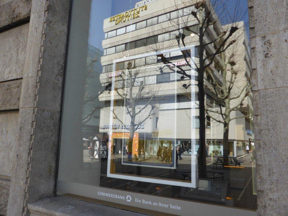 Reflektion überstrahlt digitale Kommunikation im Schaufenster der Commerzbank (Foto: invidis)