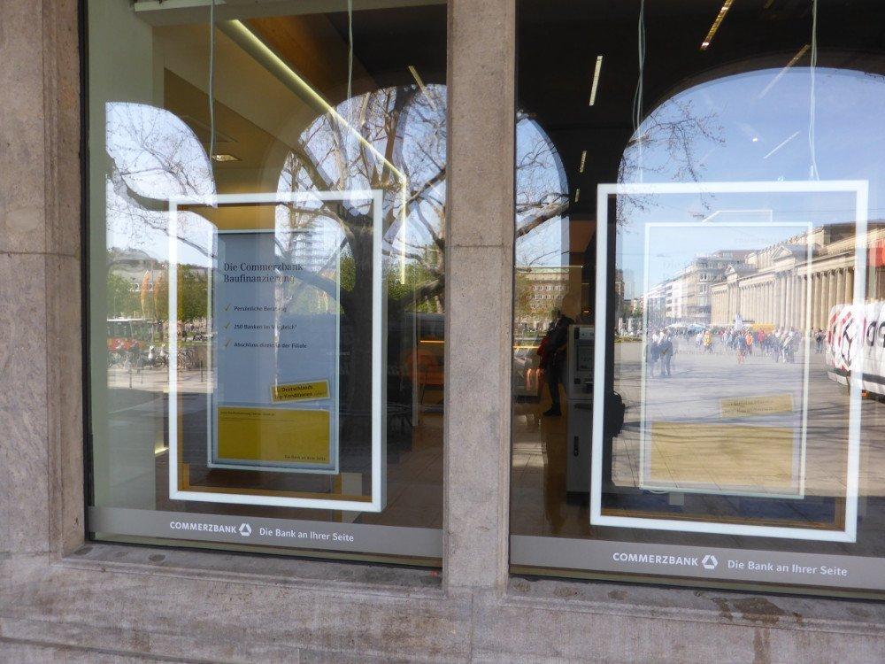 Commerzbank Flagship Filiale in Stuttgart - Pilotinstallation von Digital Signage Displays die nie bundesweit ausgerollt wurden. Die Integration in das Ladenbaukonzept sieht iauch Jahre später immer noch gut aus - die Helligkeit der Displays ist leider nicht mehr State of the Art (Foto: invidis)