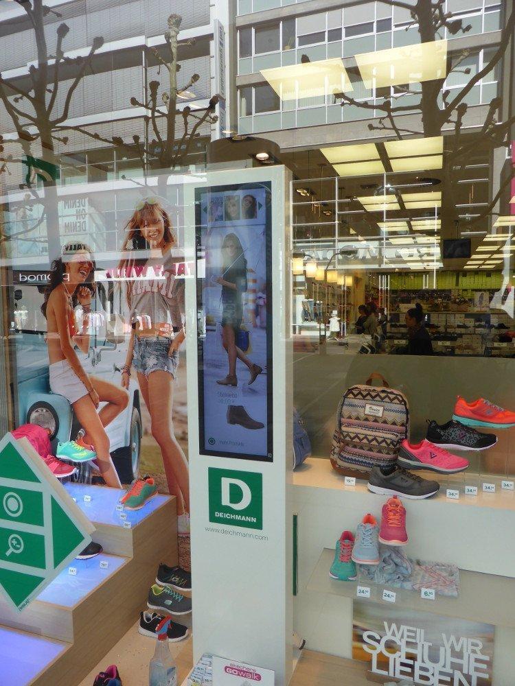 Stretch Display im Schaufenster - ungewöhnliche Installation im Schaufenster von Deichmann Stuttgart (Foto: invidis)