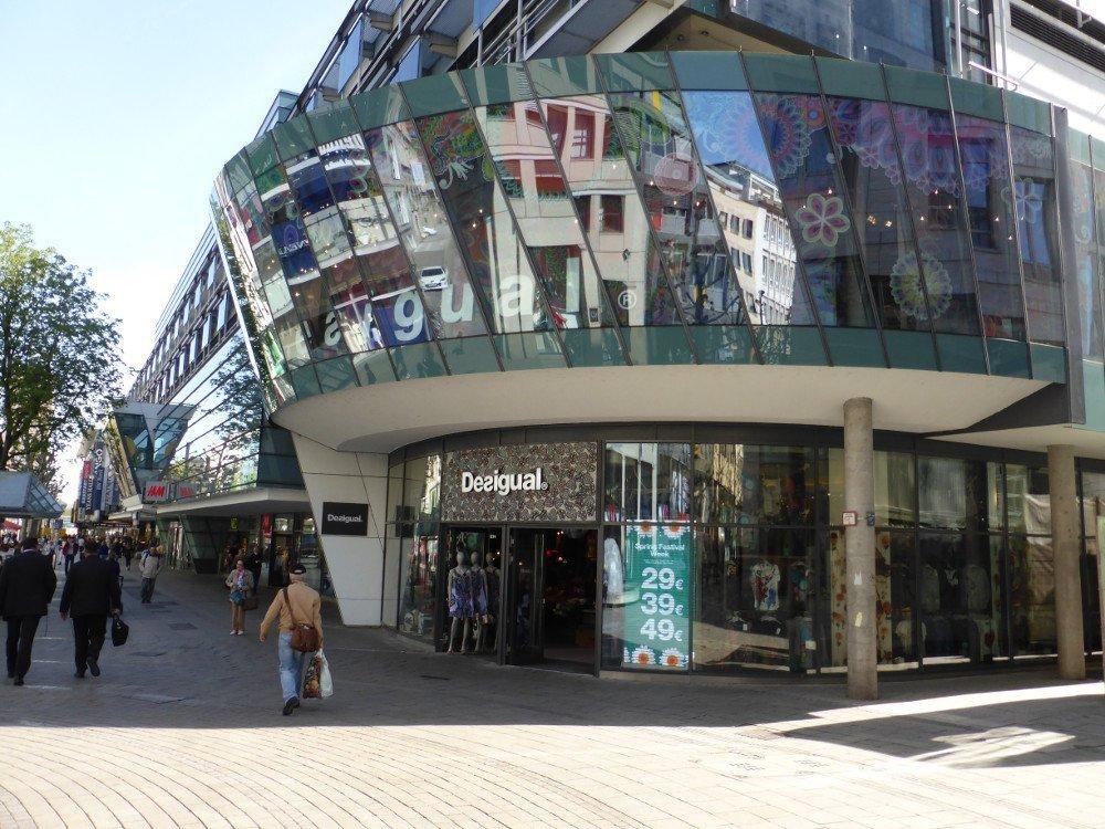 Die spanische Modekette Desigual setzt traditionell aif LED-Boards. Oft wegen Technik und geringer Auflösung belächselt, können sie im Sonnenlicht überzeugen (Foto: invidis)