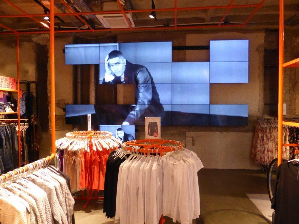 Nicht im Schaufenster - aber der Only Store in Stuttgart setzt nicht nur in Schaufenstern auf Displays. Auch im Untergeschoss und oberhalb der Rolltreppe setzen die Dänen auf dynamische Informationen. (Foto: invidis)