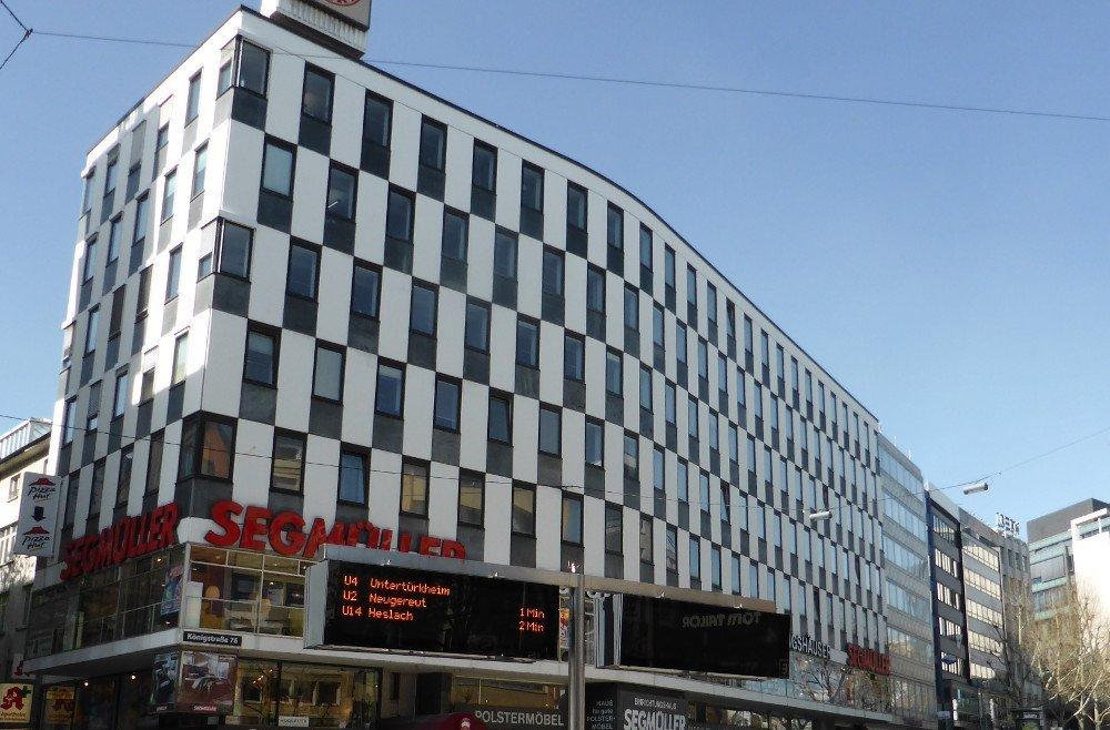 Gutes Beispiel warum ÖPNV-Unternehmen - wie hier die Stadtwerke Stuttgart - auf LED setzen. Bei direktem Sonnenlicht gibt es bisher keine bessere Technologie. Für Schaufenster und grafischen Content ist die Technik völlig ungeeignet. (Foto: invidis)