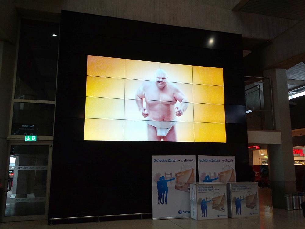 4x4 Video Wall aus UHD-Screens am Flughafen Köln/ Bonn (Foto: invidis)