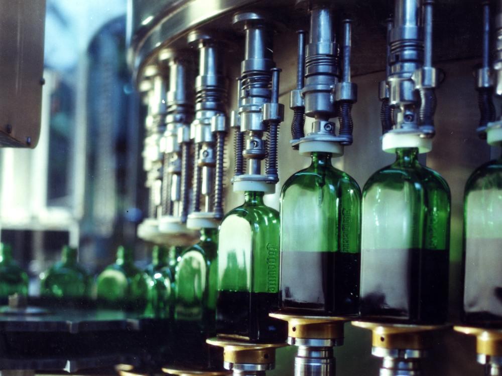 Abfüllanlage mit Jägermeister-Flaschen (Foto: Jägermeister)
