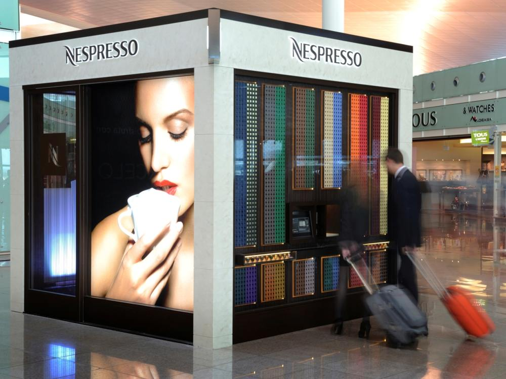 Am Airport Barcelona: Kunden vor dem Nespresso Cube (Foto: Nestlé)