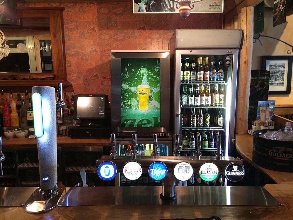 Blickfang hinter der Theke - Heineken-Cooler mit transparentem Screen (Foto: Signagelive)