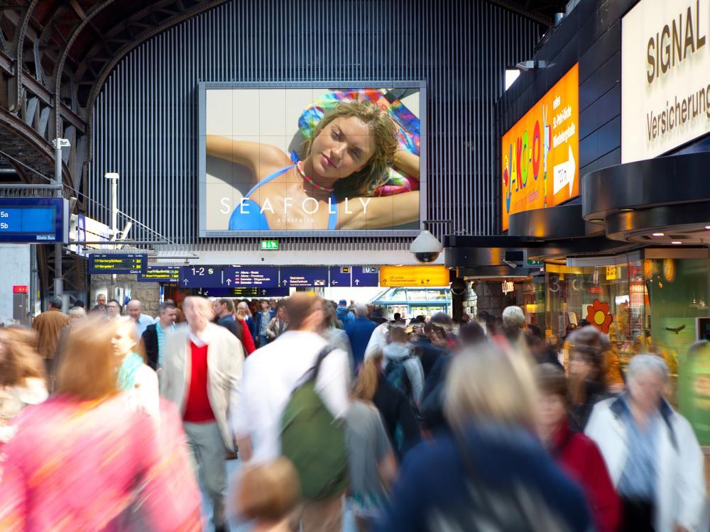 DooH-Kampagne auf einem der Megascreens am Hbf Hamburg (Foto: Ströer)