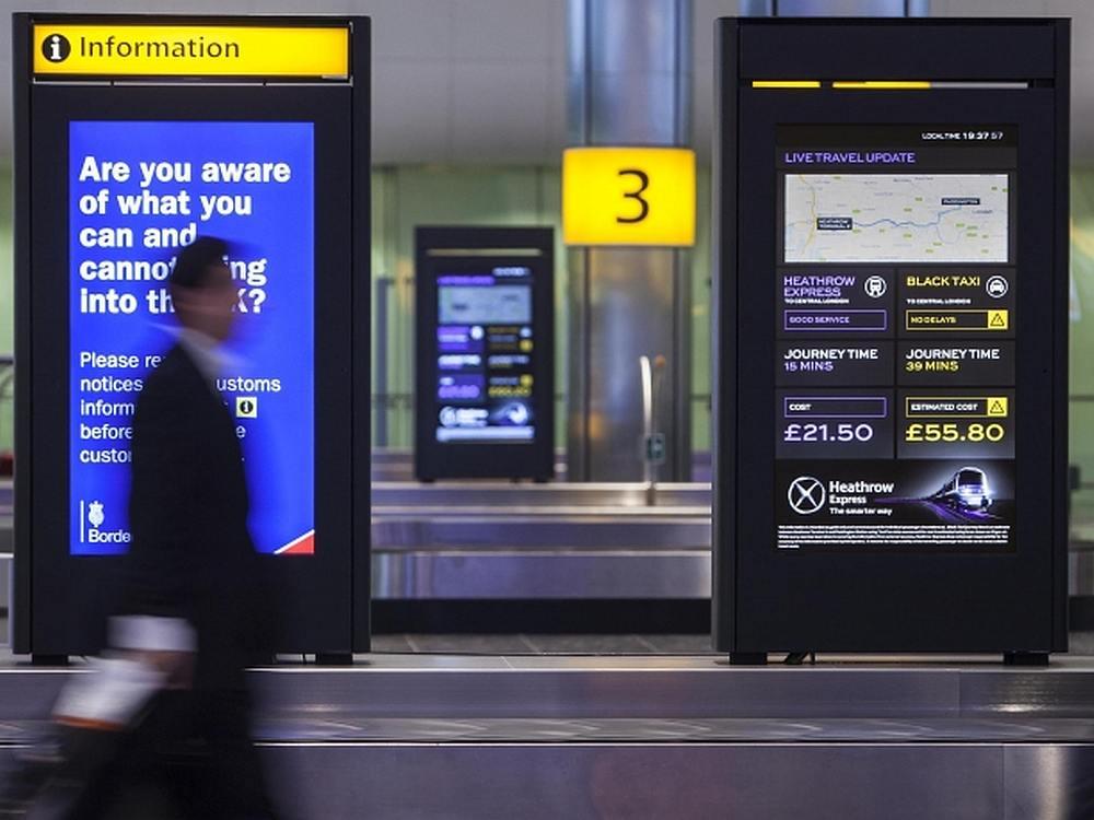Screens des Journey Comparison Generator in London Heathrow (Foto: JCDecaux)