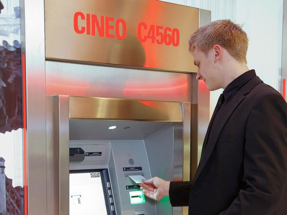 Kunde an Outdoor-geeignetem Cineo ATM (Foto: Wincor Nixdorf)