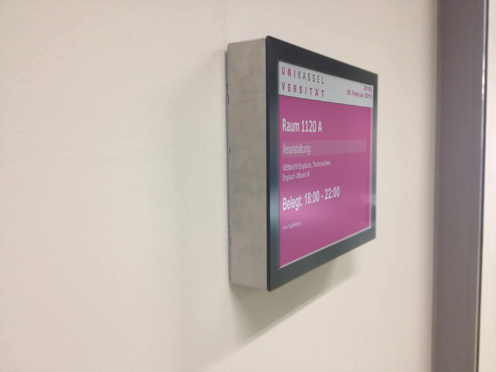 Small Signage: digitales Türschild an der Uni Kassel (Foto: m.i.b)