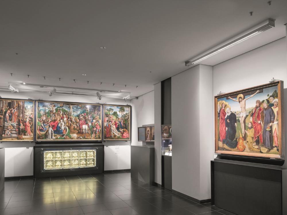 Triptychon und wertvolles Gemälde in der Domschatzkammer Aachen (Foto: Zumtobel)