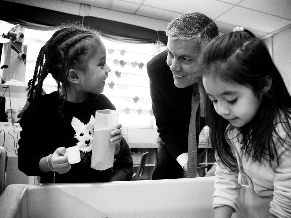 US-Erziehungsminister Arne Duncan beim Besuch einer Grundschule Anfang 2015 (Foto: U.S. Department of Education)