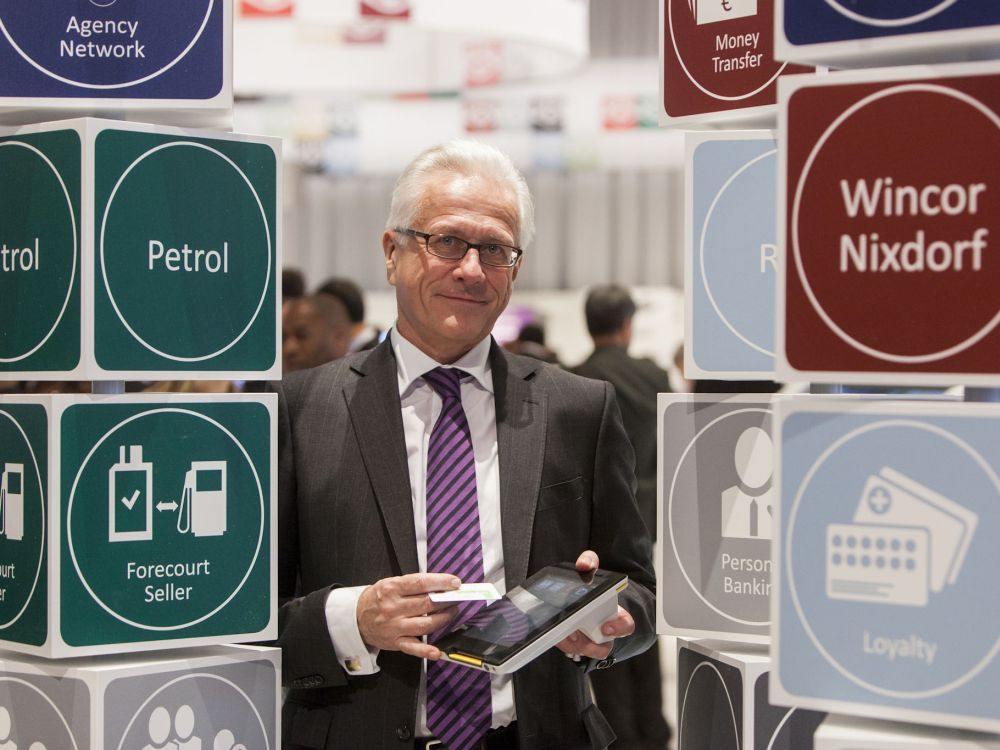 Wincor Nixdorf-CEO Eckard Heidloff mit Tablet Albert (Foto: Niels Günther/ Wincor Nixdorf)