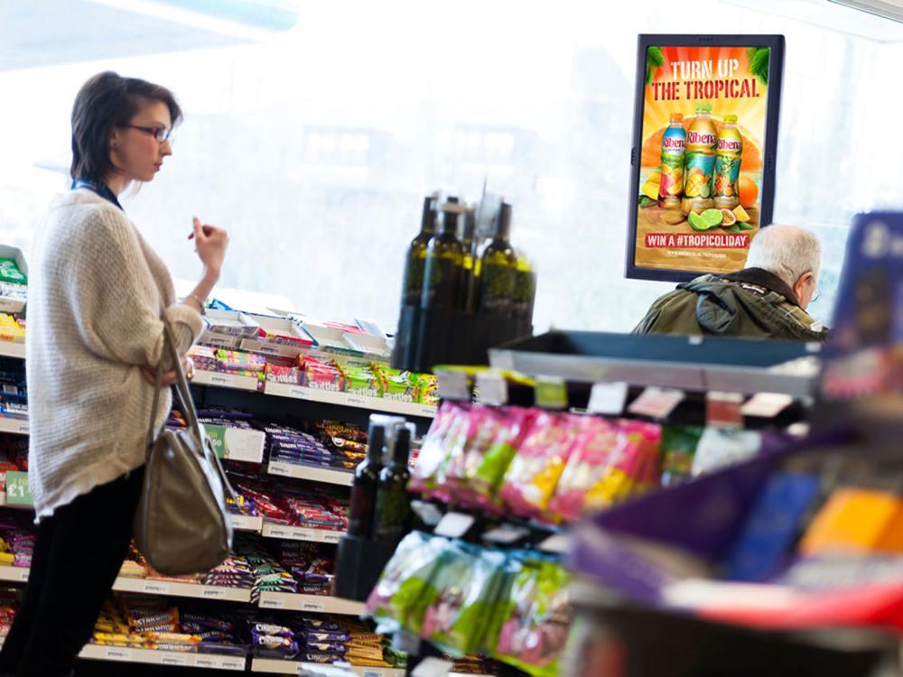 Amscreen-Display in einer britischen Tankstelle (Foto: Amscreen)