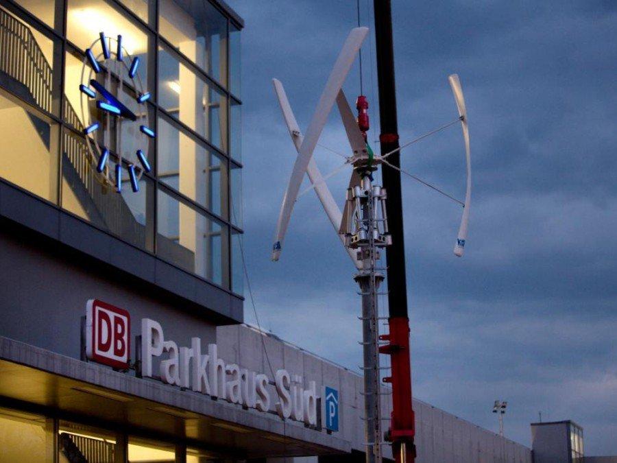 Installation einer Windkraftanlage auf dem Dach des Bahnhofs Berlin Südkreuz (Foto: Deutsche Bahn / Pablo Castagnola)