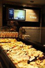 Auch an der Käsetheke hilft Signage bei der Inszenierung (Foto: NEXGEN smart instore)