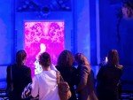 Besucherinnen in der Gaultier-Ausstelllung (Foto: Moment Factory)