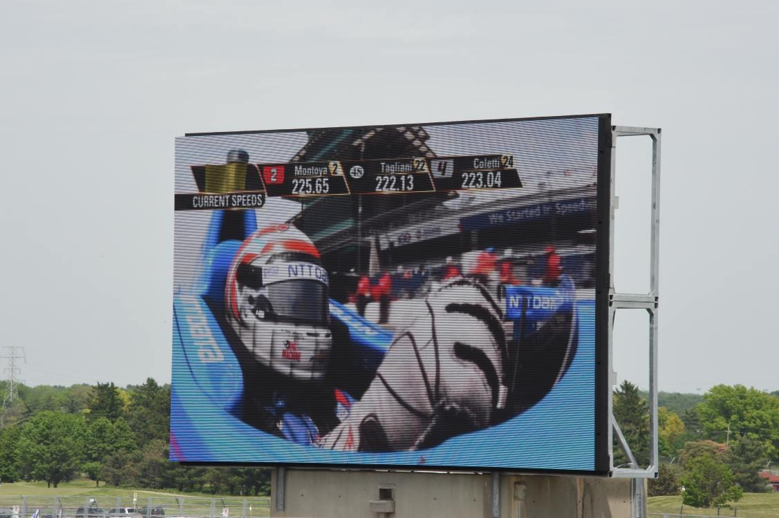 Indy 500-Sieger Montoya auf einem neuen Panasonic LED-Screen (Foto: PR Newswire)
