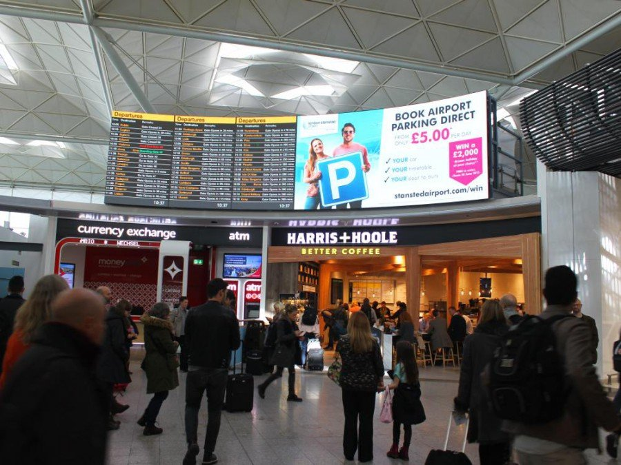 LED Signage - Curved Screen in Stansted (Foto: NanoLumens)