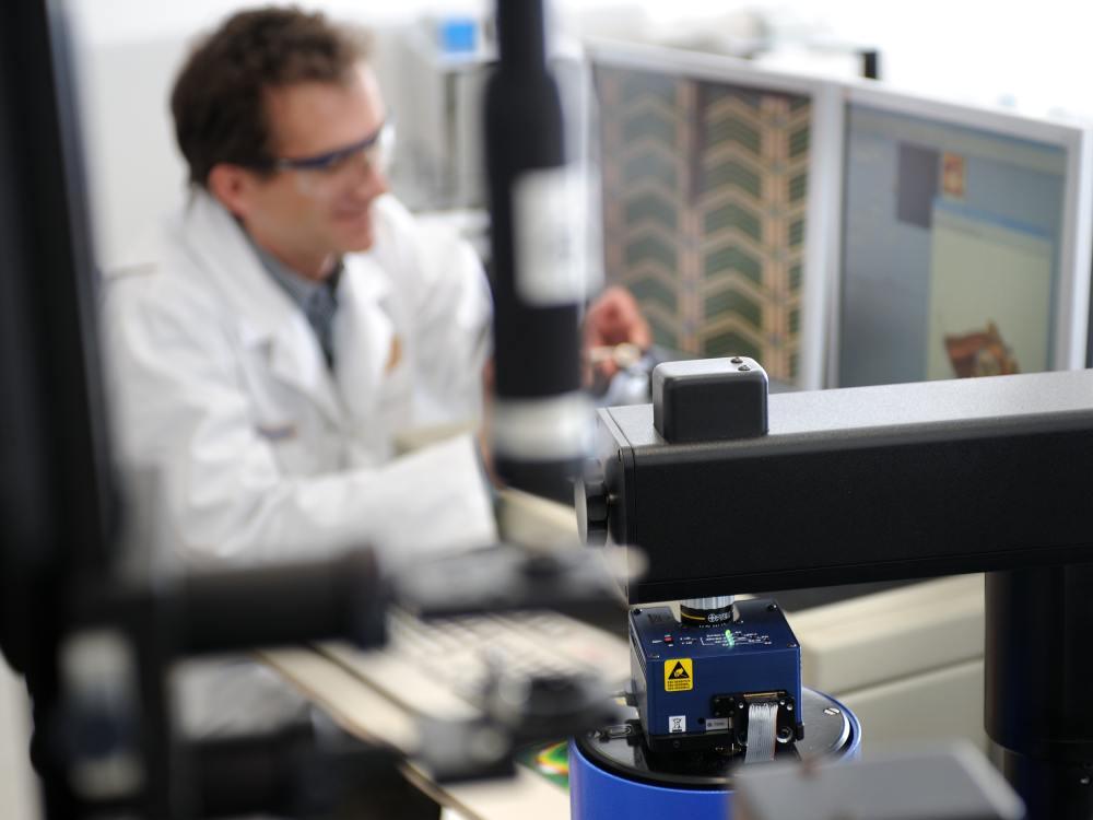Test der Oberflächenstruktur eines LCD-Substrats unter einem Rasterkraftmikroskop (Merck KGaA)