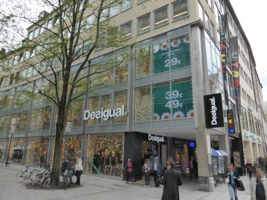 Werbung für Spring Aktion auf LED Wand im Desigual Flagship (Foto: invidis)