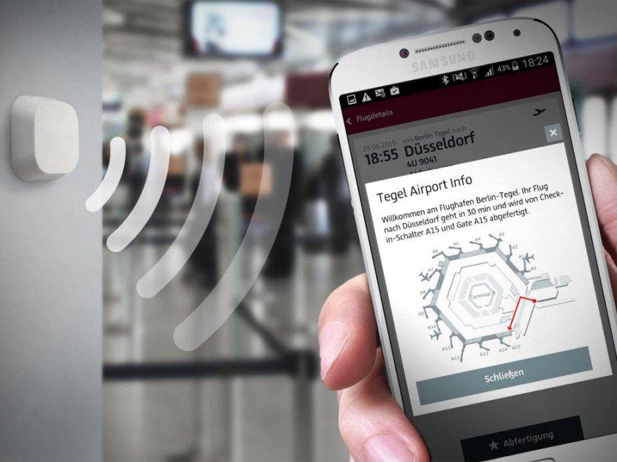 Beacon und Smartphone mit der Berlin-Airport App (Foto: Flughafen Berlin Brandenburg GmbH)