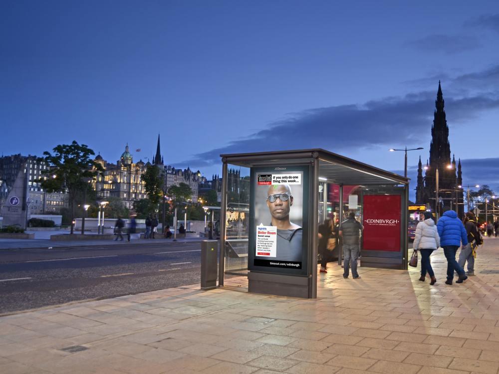 Edinburgh - Inhalte von Time Out auf einem DooH Screen (Foto: JCDecaux)