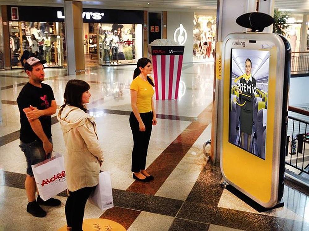 Kampagne von Vueling in einem spanischen Einkaufszentrum (Foto: IWALLINSHOP)