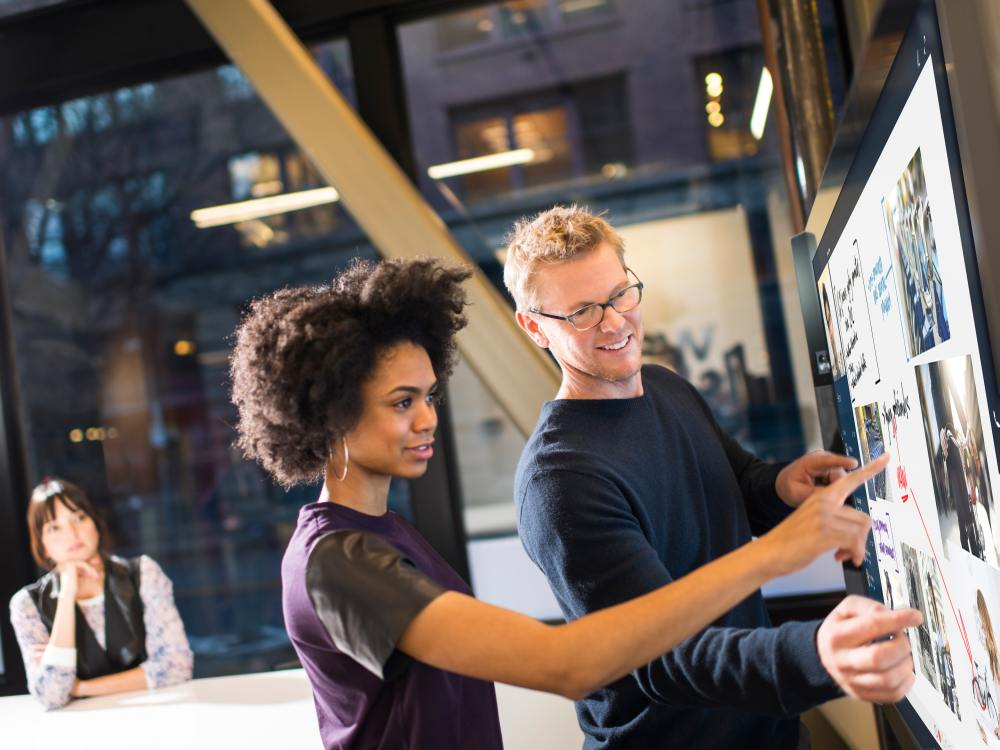Kollaboratives Arbeiten am Surface Hub (Foto: Microsoft)