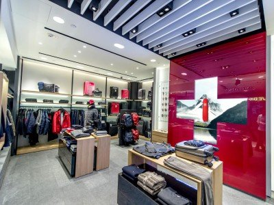 LED Signage: Red Cross Wall im Victorinox Store in Hong Kong(Foto: Netvico)