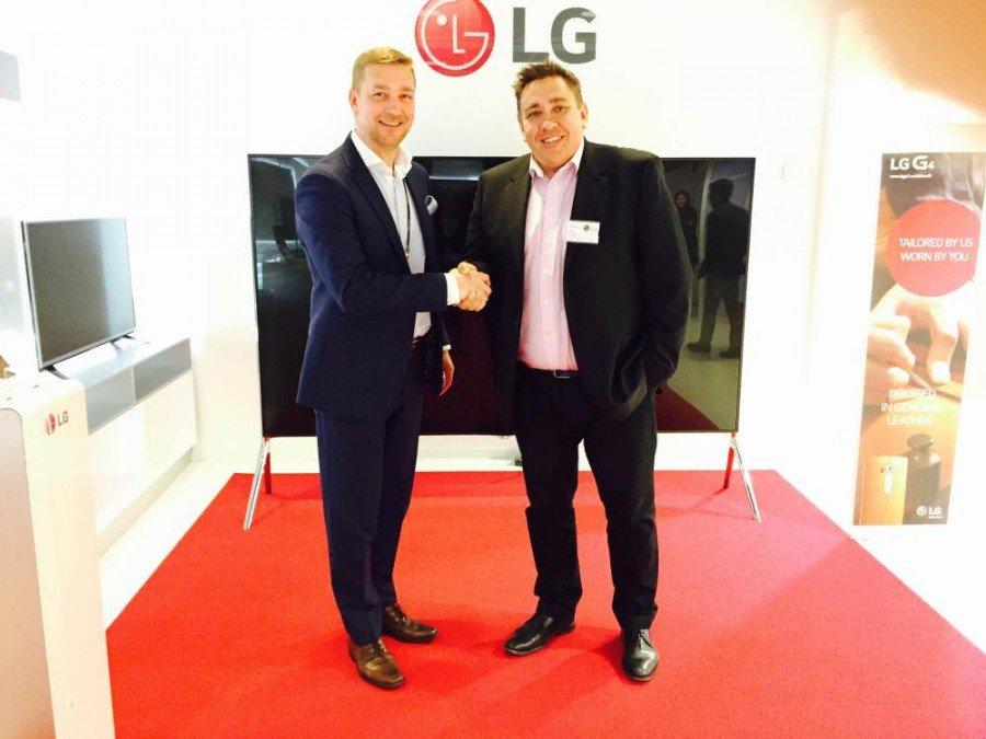 V.l.: Harri Ekholm, Director B2B, LG Electronics Nordic AB und Martin Romanowski, CEO Smartsign AB (Foto: Smartsign)