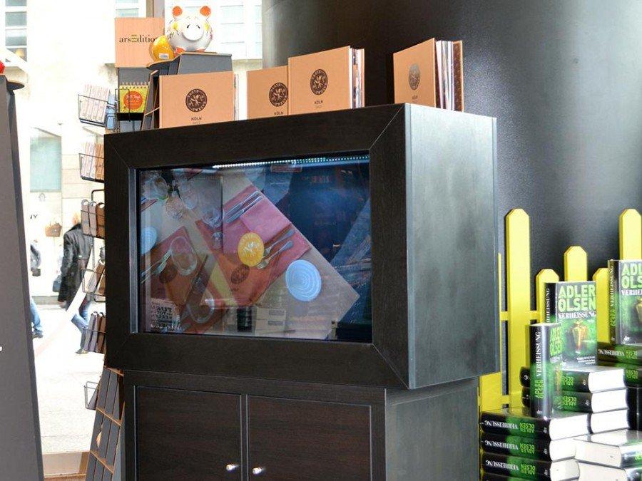 Transparenter Screen im Eingangsbereich macht auf Taste Twelve aufmerksam (Foto: AOpen)
