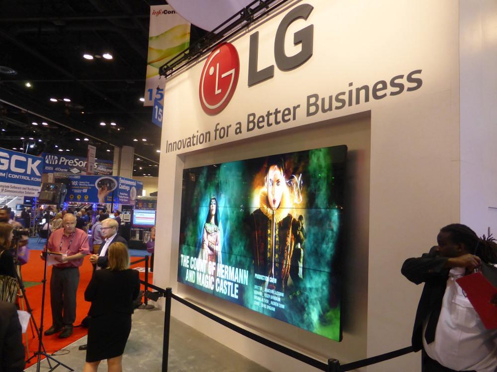 Video Wall mit neuen VH7B Screens auf der Infocomm 2015 (Foto: invidis)