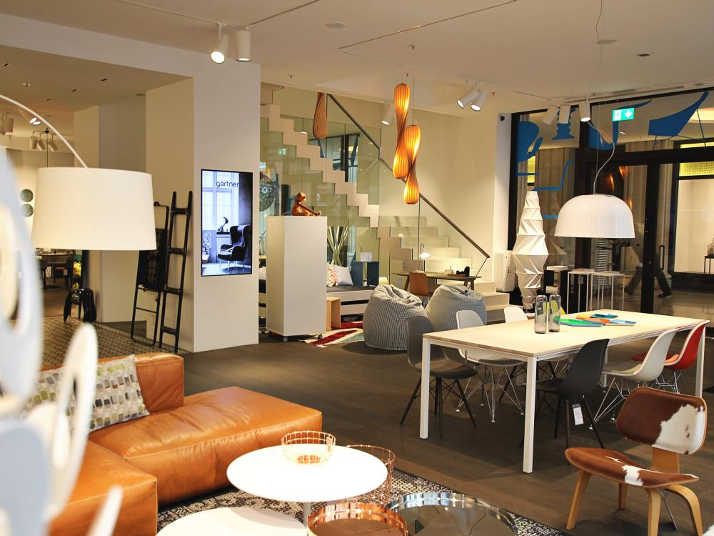 Blick in den Hamburger Showroom von Gärtner Internationale Möbel (Foto: kommatec redaction)