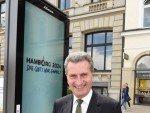 Der Kommissar und der Screen: Oettinger vor einem der neuen Displays  (Foto: JCDecaux)