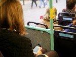 Fahrgäste in mit Beacons ausgestattetem Bus (Foto: Exterion Media)