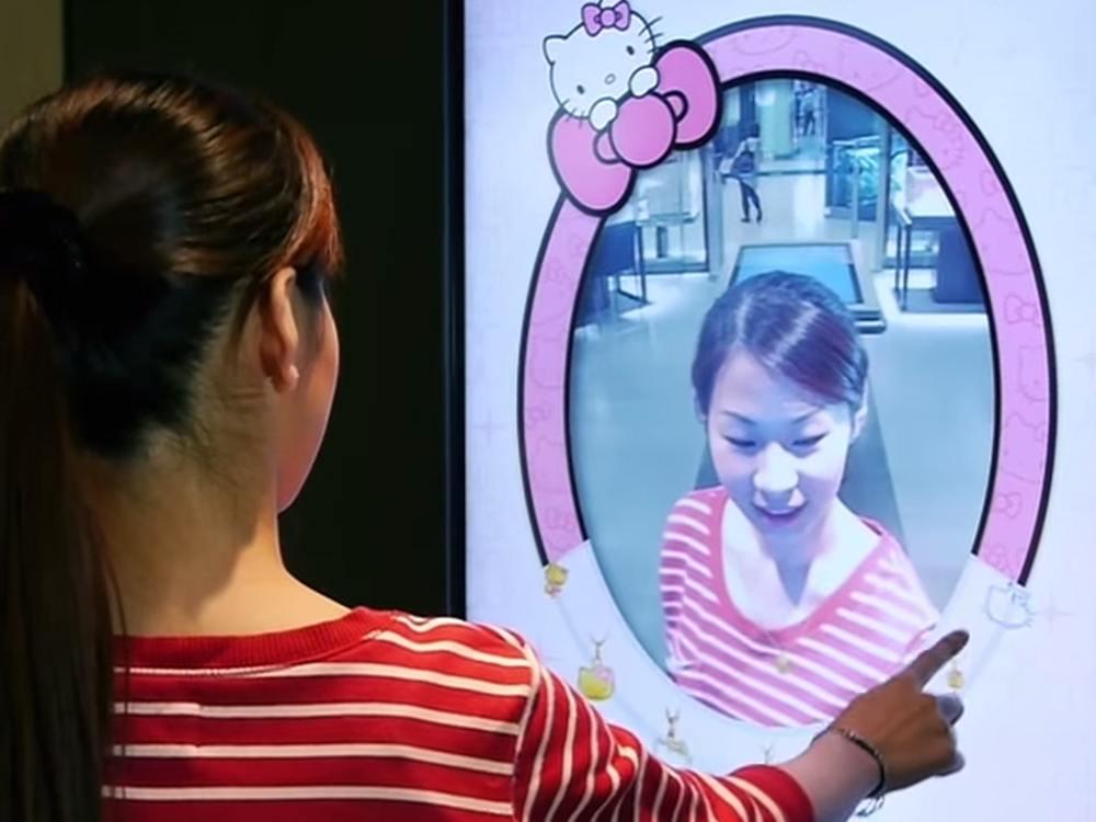 Kundin vor einem Magic Mirror bei Chow Sang Sang (Screenshot: invidis)