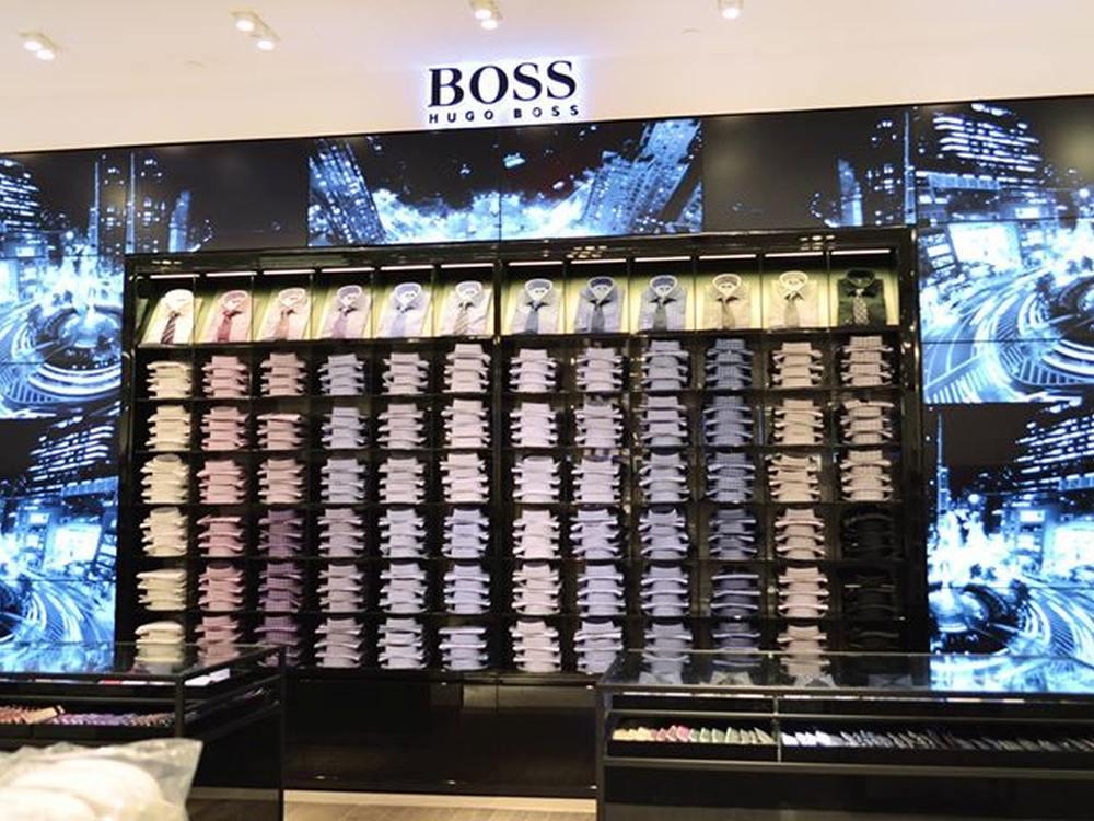 MagicInk-Umsetzung: Hugo Boss Shirt Wall Macy's Herald Square (Foto: MagicInk Interactive LLC)