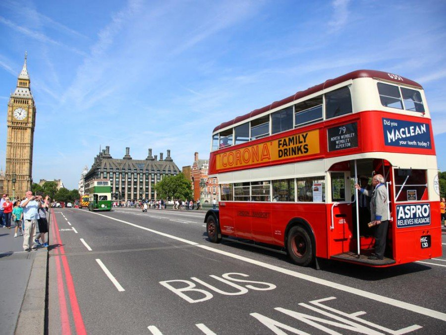Noch ohne Beacons - Historische Londoner Busse (Foto: Transport for London)