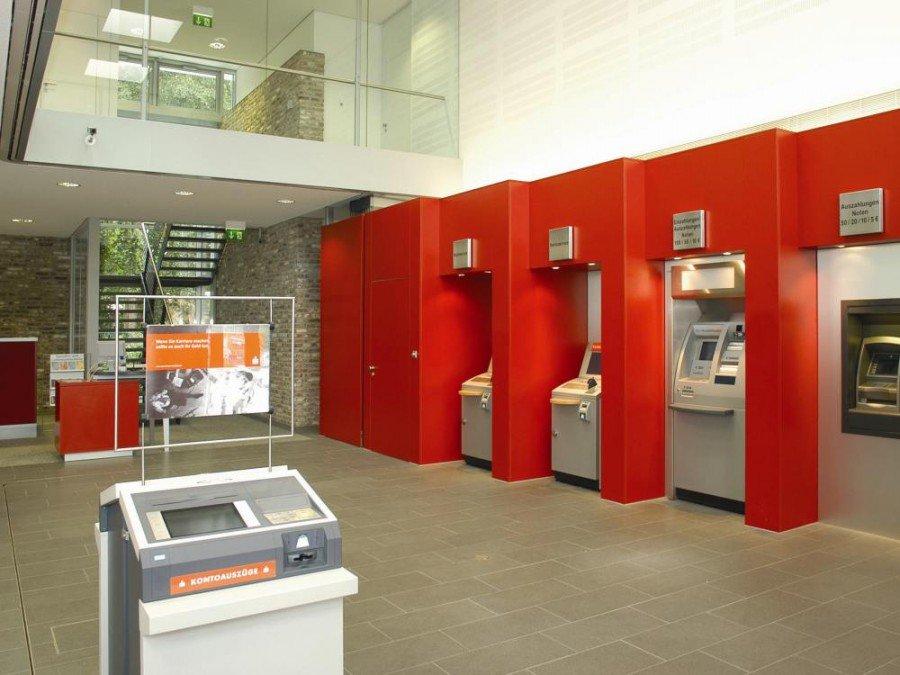 Schalterhalle in einer deutschen Sparkasse (Foto: Deutscher Sparkassen- und Giroverband)
