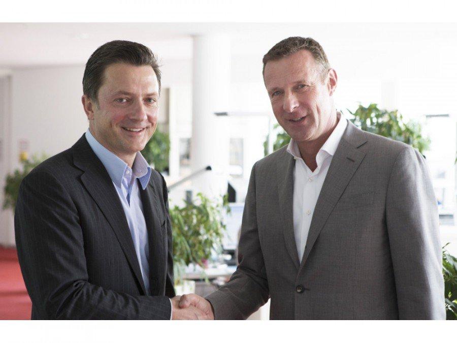 Udo Müller (Ströer) und Niek Jan van Damme (Deutsche Telekom) vereinbaren Verkauf an Ströer (Foto: ströer)