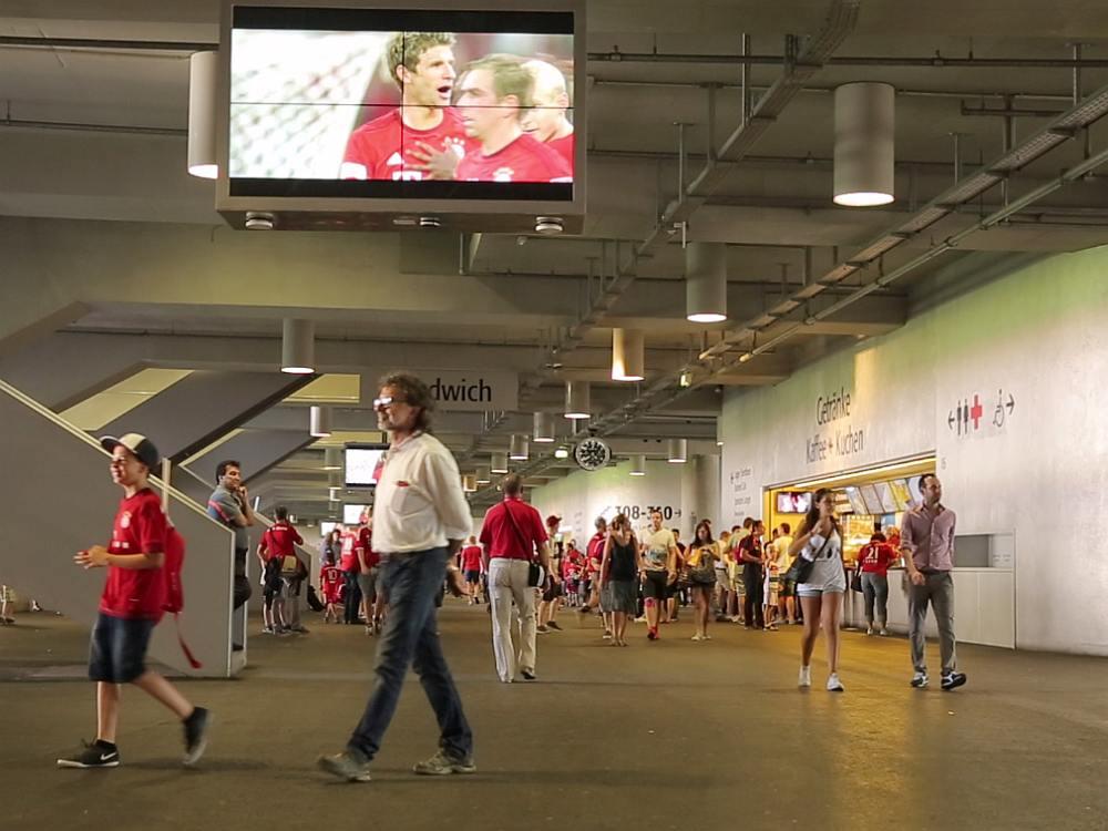 Allianz Arena - an der Decke befestigte Video Wall (Screenshot: invidis)