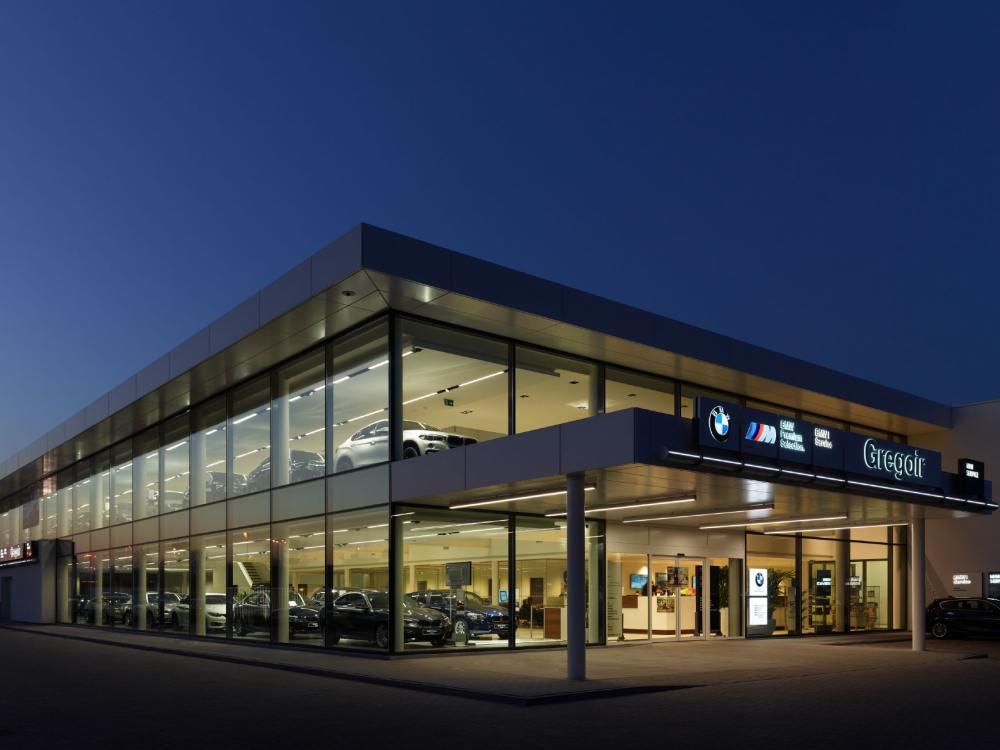 Außenansicht von BMW Gregoir (Foto: Zumtobel)