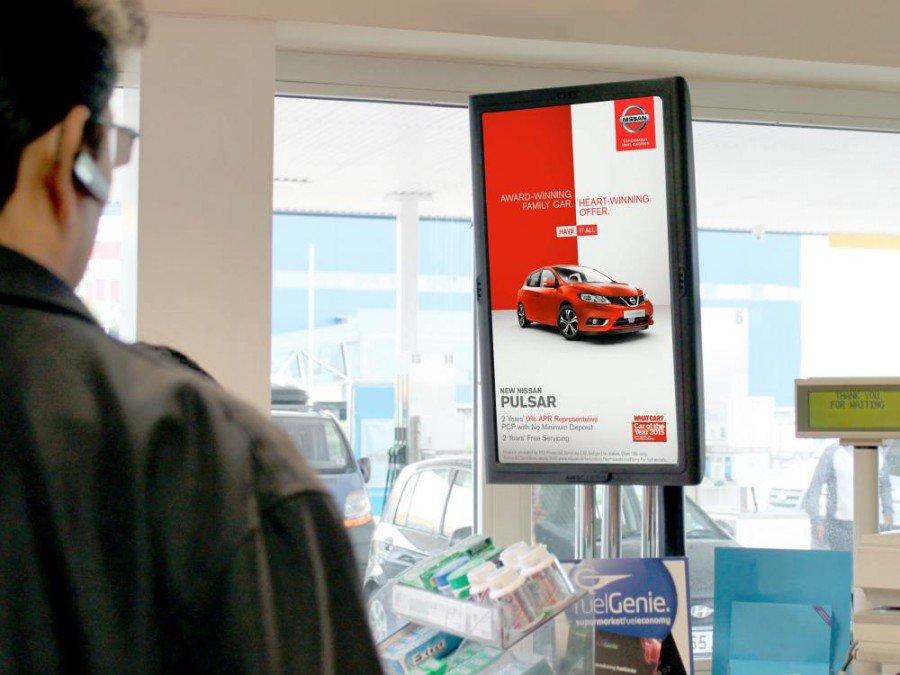 Britische Tankstelle mit Display von Amscreen (Foto: Amscreen)