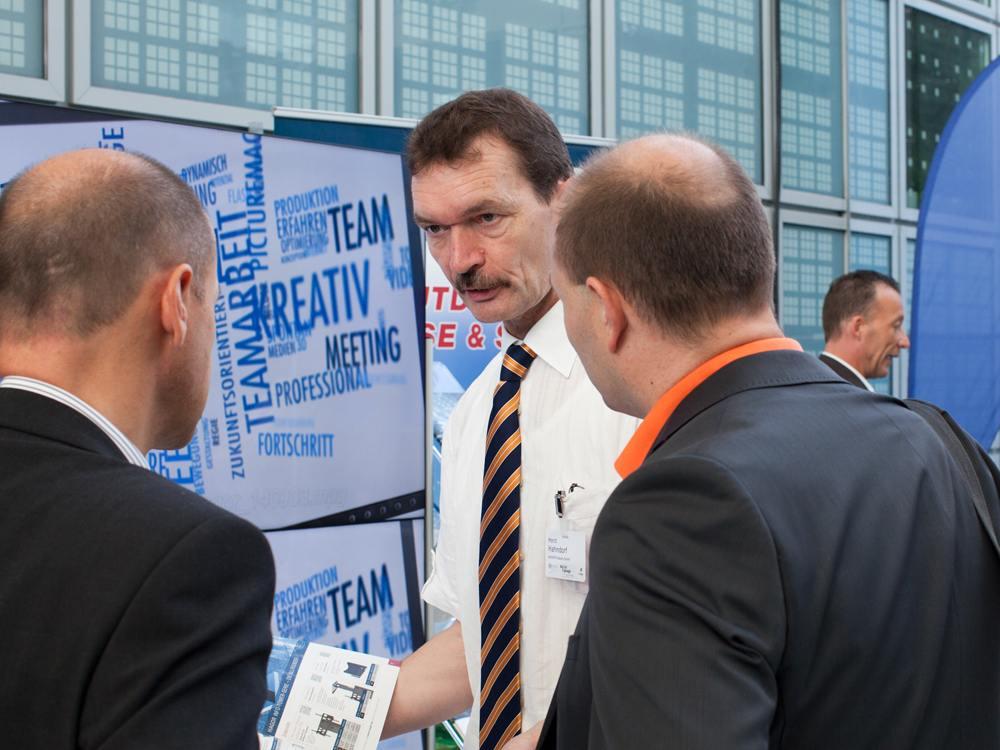 Gespräch am Stand von Hagor auf der OVAB Digital Signage Conference 2014 (Foto: Anna Olivia Weimer)