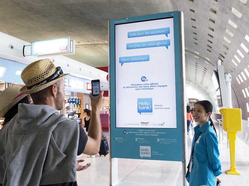 Hello bank!-Kampagne auf DooH Screen an französischem Airport (Foto: JCDecaux)