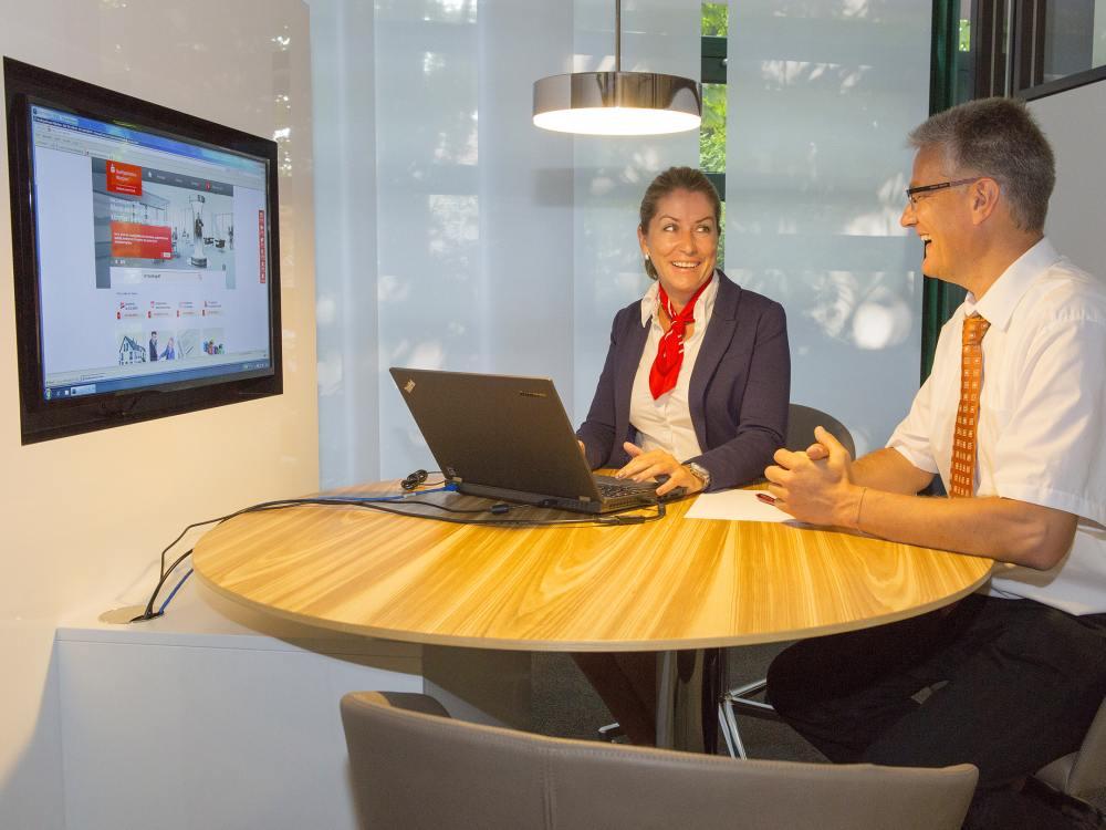 Screens unterstützen nun - Kundenberatung bei der Stadsparkasse München in Moosach (Foto: Stadtsparkasse München)