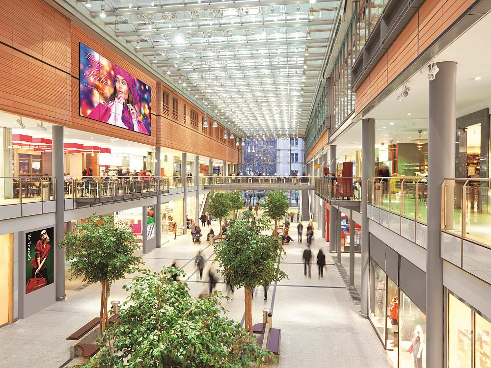 Shopping Mall mit Video Wall aus PN-V551-Screens (Foto: Sharp)