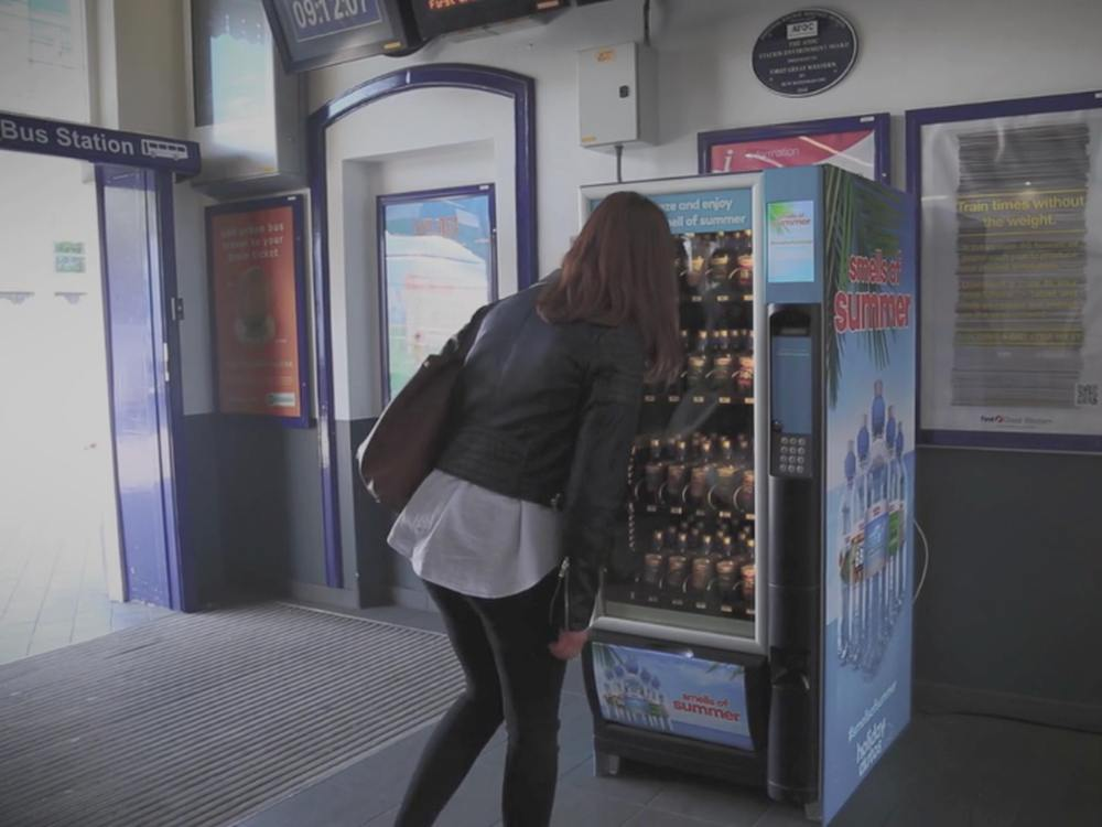 Smells of Summer - Kundin vor Vending Machine (Screenshot: invidis)
